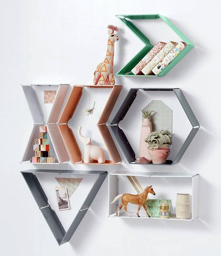 разные геометрические полки образуют ребус на стене