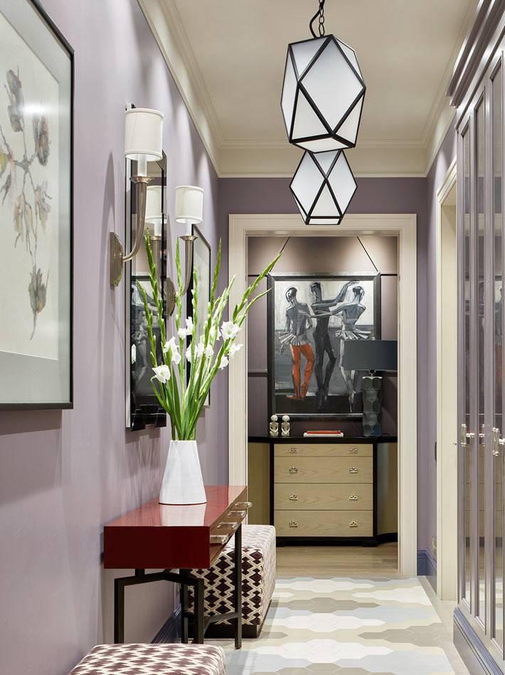 сиреневая цветовая гамма стен в прихожей квартиры для балерины