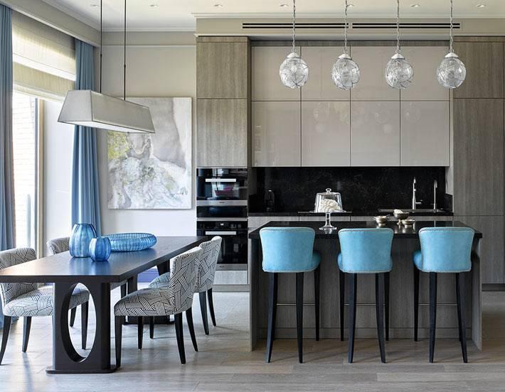 кухня с барной стойкой и стеклянными подвесными лампами