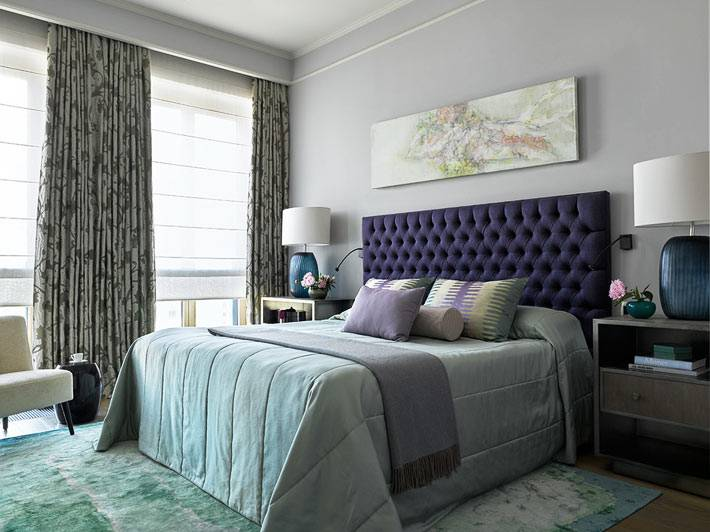 кровать с фиолетовым изголовьем в комнате пастельной гаммы фото