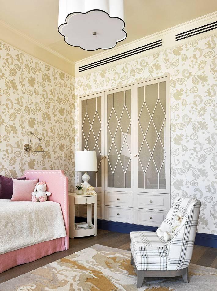 встроенный в стену шкаф возле детской розовой кровати