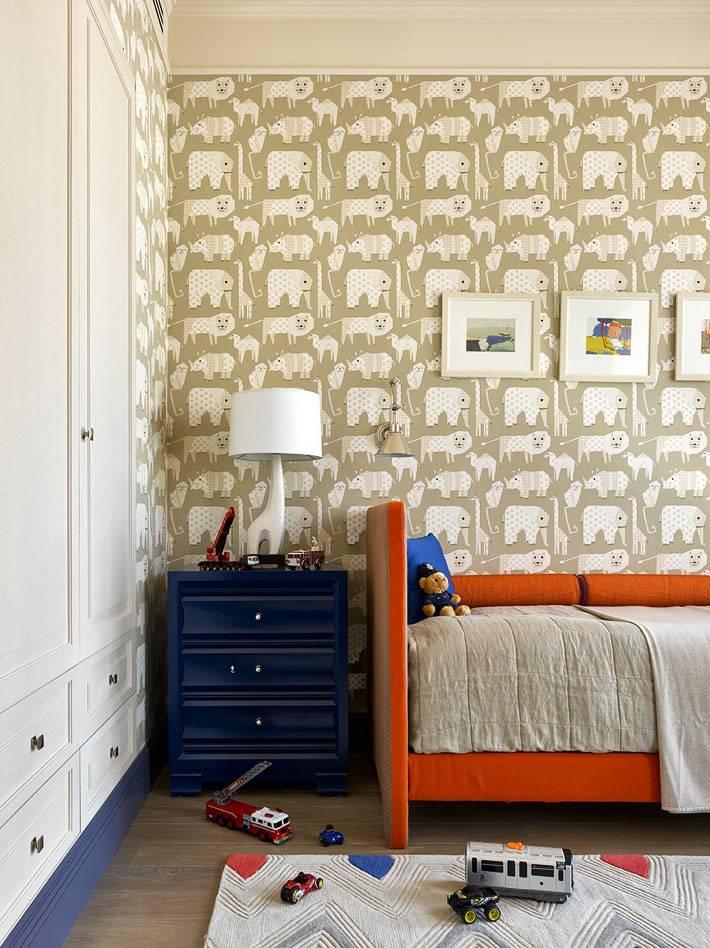 оранжевая кровать и синяя тумбочка в комнате мальчика