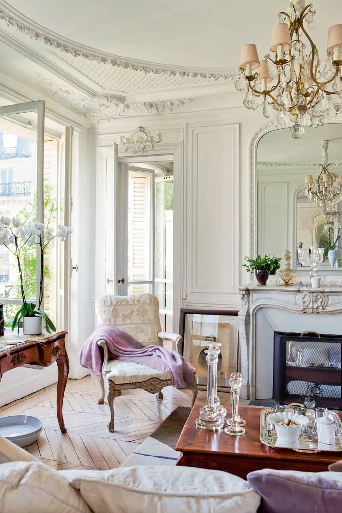 роскошный потолок с лепниной и красивый портал камина
