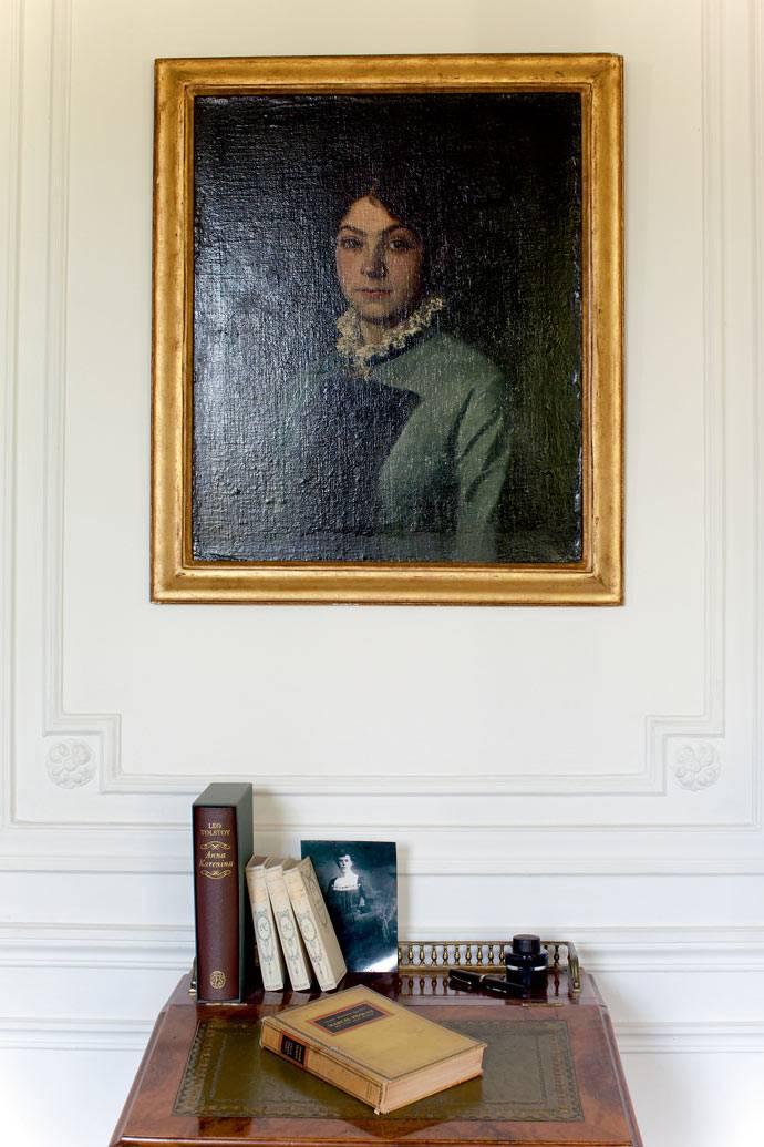 стену украсила картина девушки в состаренной раме фото