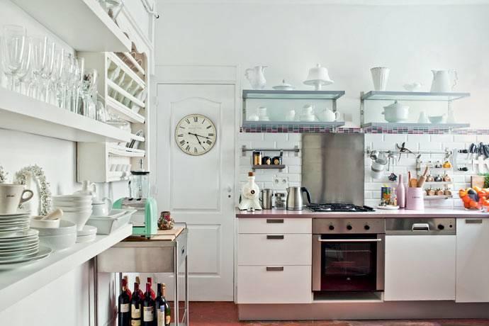 на кухне преимущественно открытые полки фото