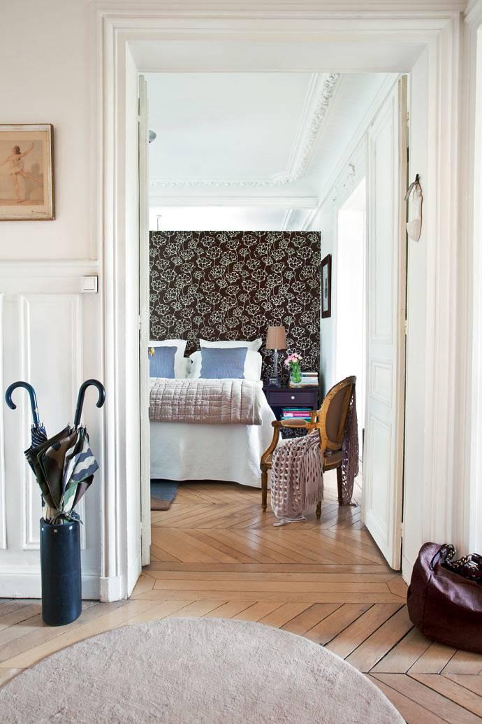 в спальне акцентная стена оклеена коричневыми обоями
