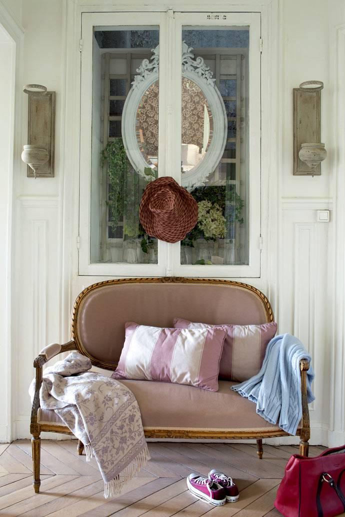 ретро диван в стиле Людовика XVI в прихожей квартиры