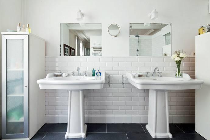 минималистичный интерьер ванной комнаты на два умвальника