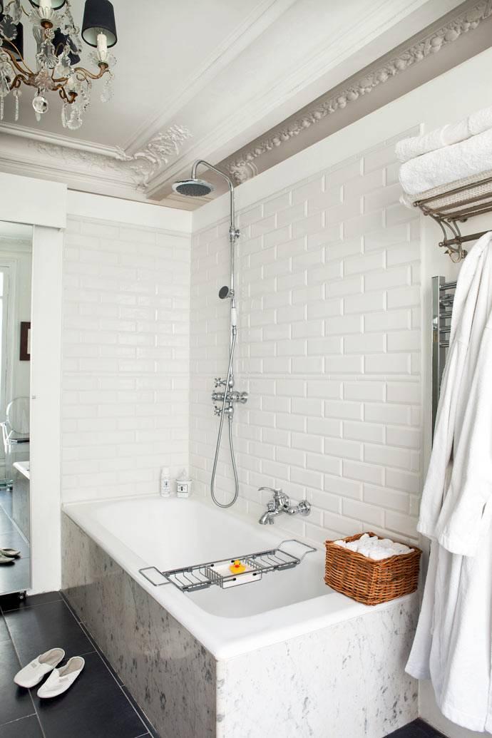 люстра и лепнина на потолке в ванной комнате дизайнера