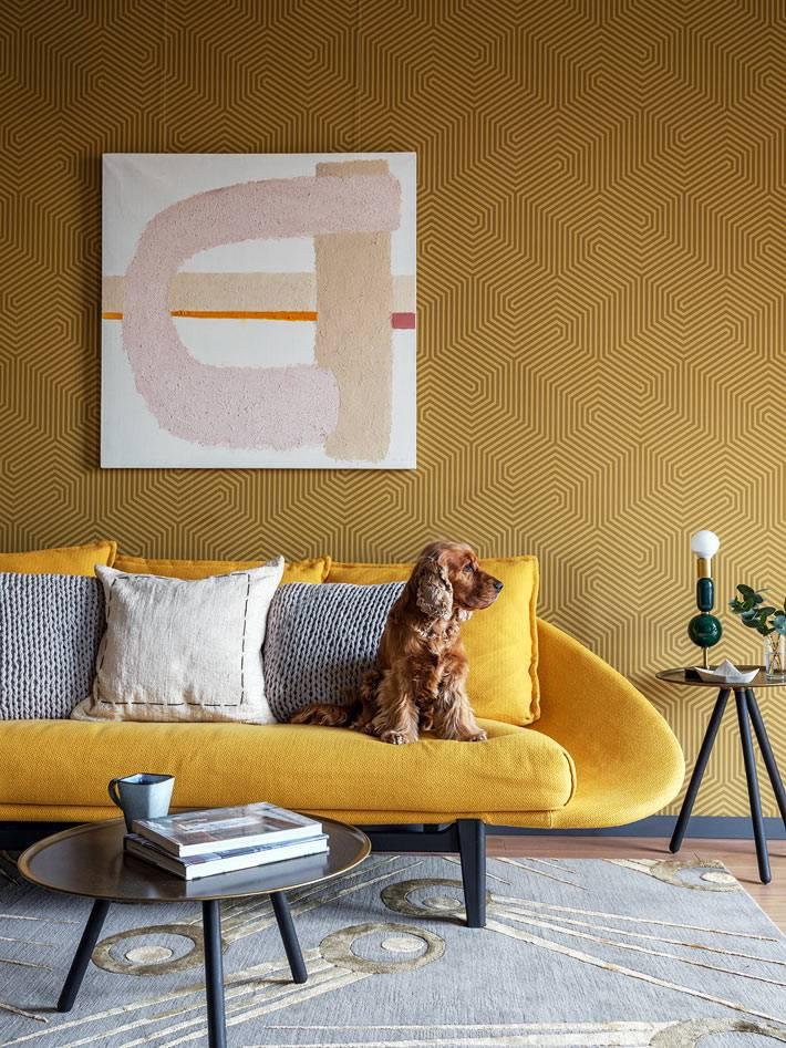 желтый диван необычной формы возле желтой стены