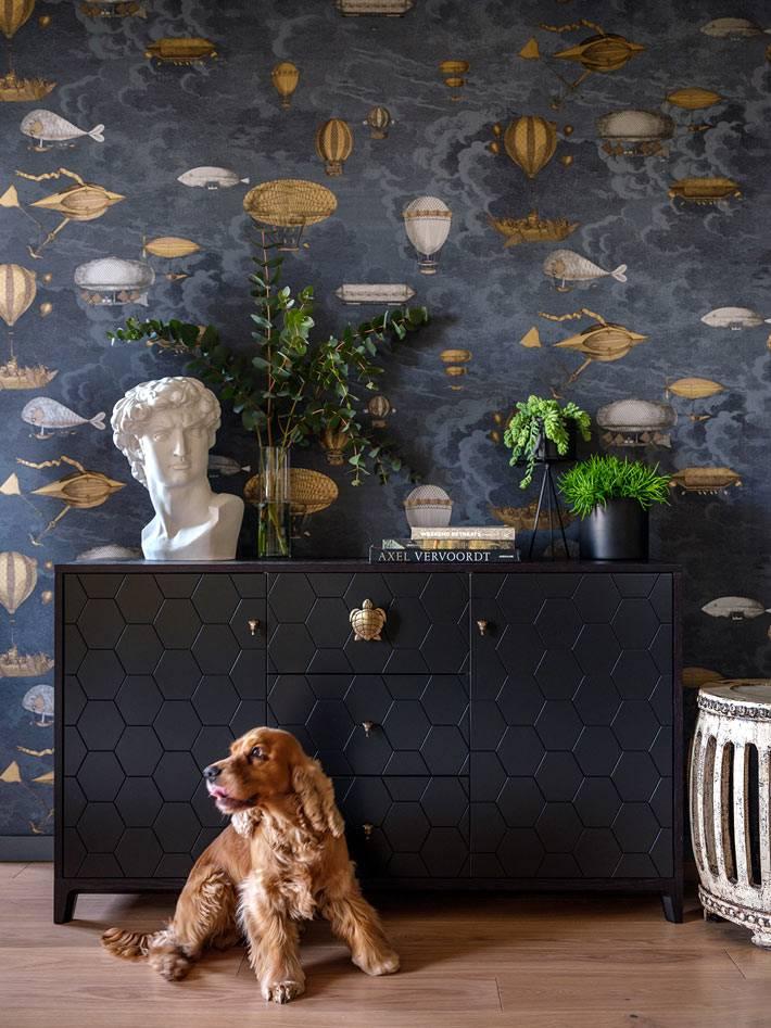 шикарный черный комод с золотой фурнитурой в квартире