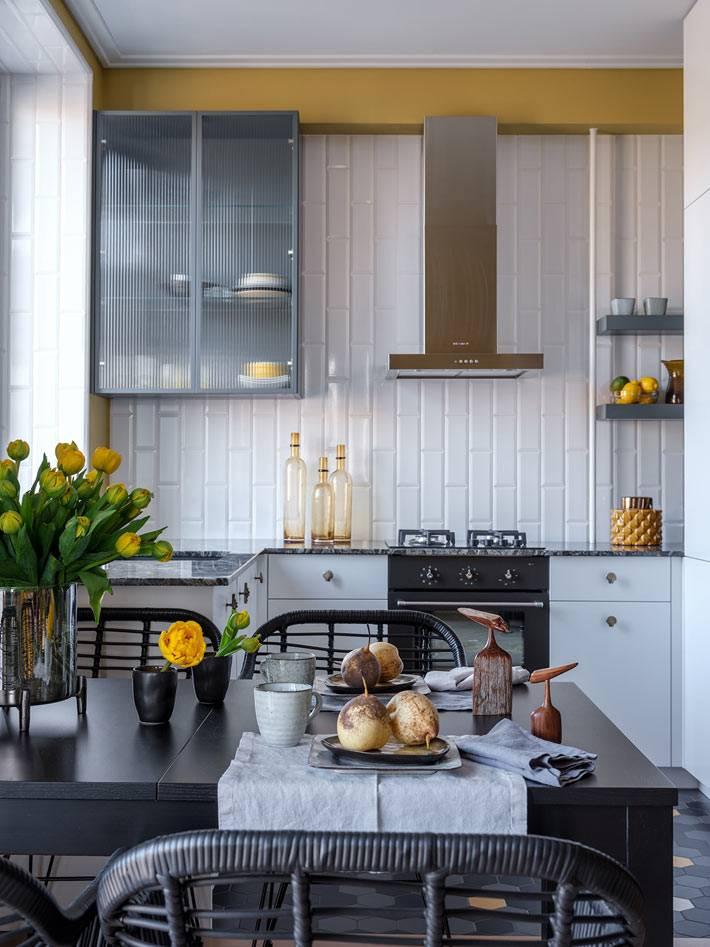 стены маленькой кухни облицованы плиткой белый кирпичик