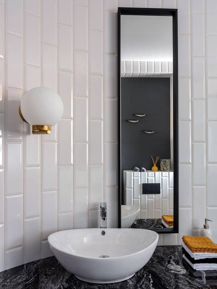 минимальный декор ванной в черной мраморной столешницей
