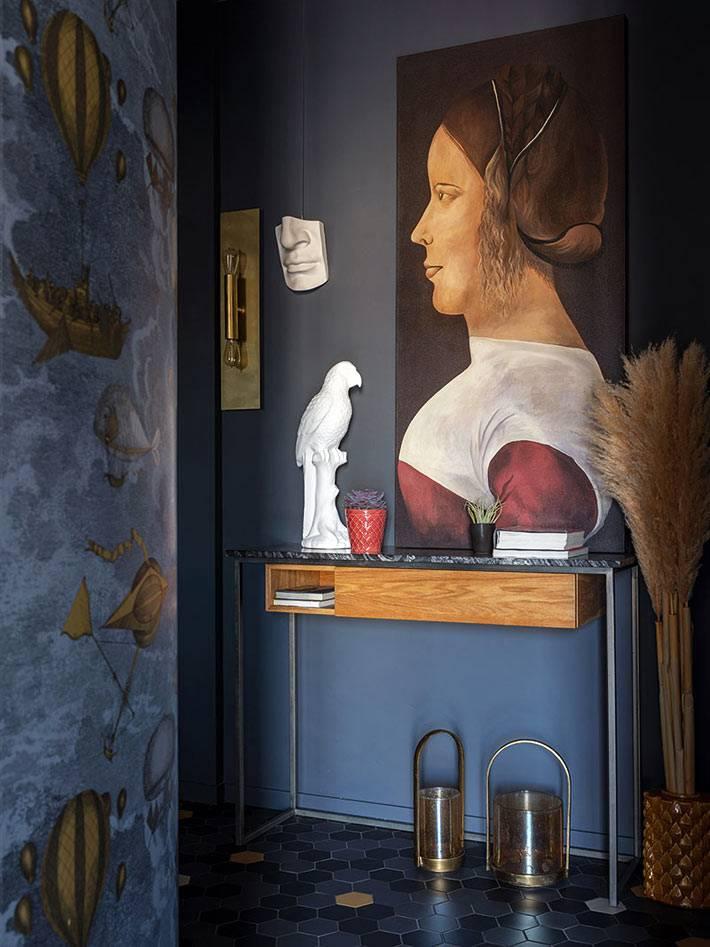 небольшой консольниый столик в прихожей с синими стенами фото