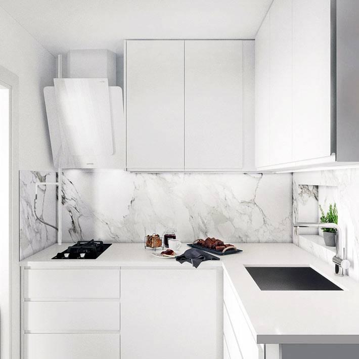 мраморный кухонный фартук красиво смотрится на белой кухне