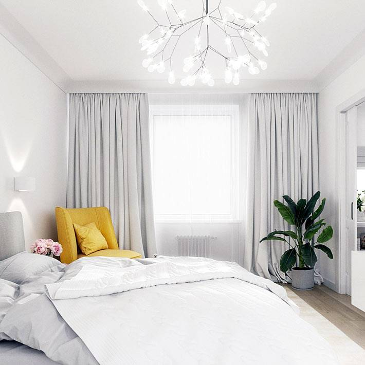 желтое кресло разбавляет серо-белый интерьер спальни фото