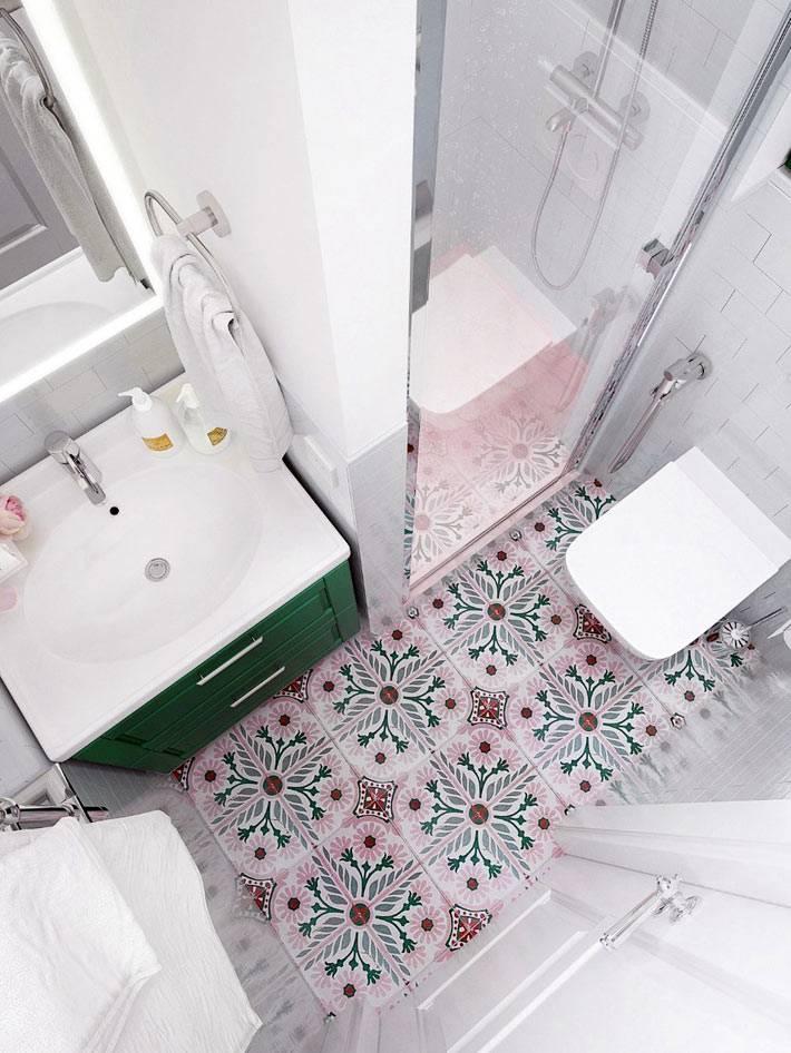 плитка с красивым орнаментом на полу ванной комнаты и туалета
