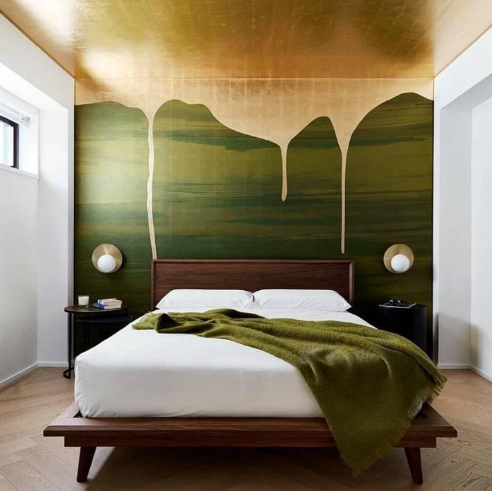 зеленая стена и потолок золотистого цвета в дизайне спальни