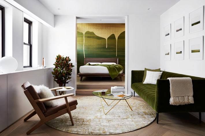 ретро-мебель на высоких ножках украшает интерьер гостиной