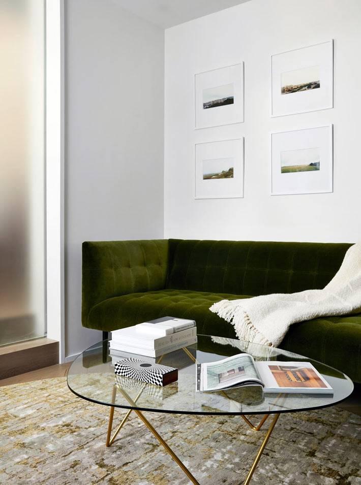 зеленый винтажный диван с бархатной обивкой фото