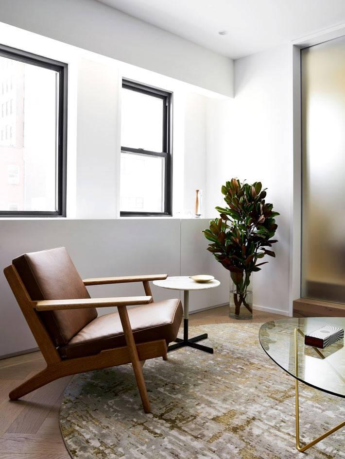 винтажное кресло с деревянной основой в минималистичной квартире