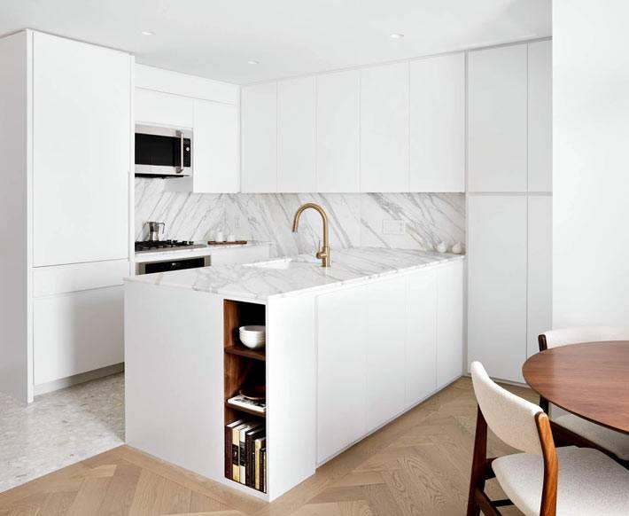 кухонный фартук облицован мраморной плиткой фото