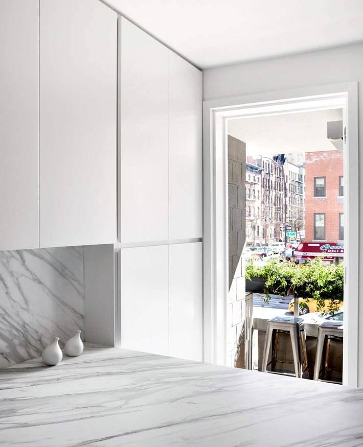 современные фасады кухонных шкафов без ручек с системой нажатия
