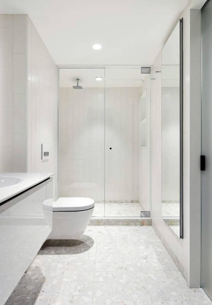 белый интерьер ванной комнаты и туалета с душевой кабиной