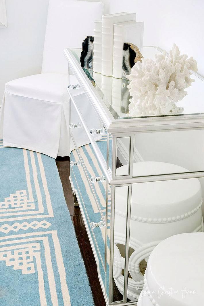 красивый зеркальный комод для нежного дизайна комнаты