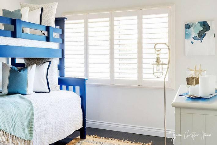 синяя двухярусная кровать и белые стены в детской для мальчиков
