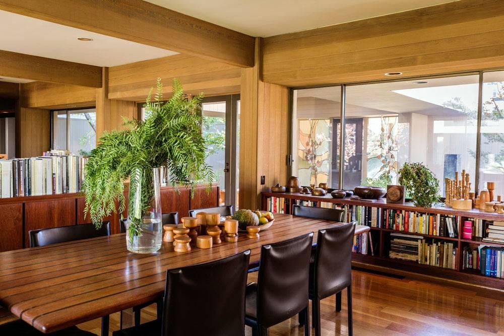 кожаные кресла дополняют лакированный деревянный стол для обедов