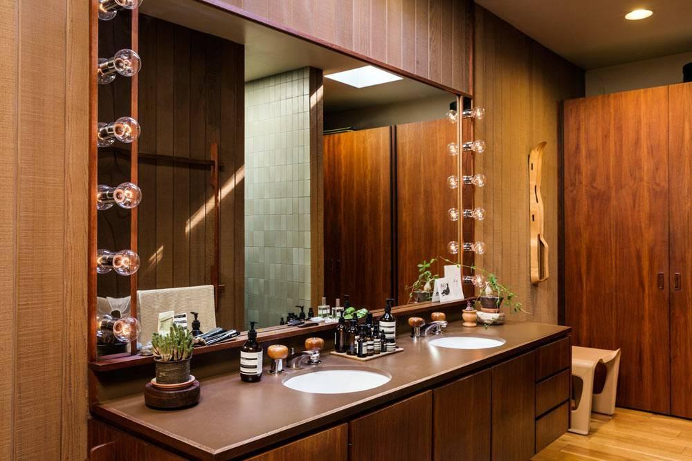 большое зеркало со встроенными лампочками для ванной комнаты