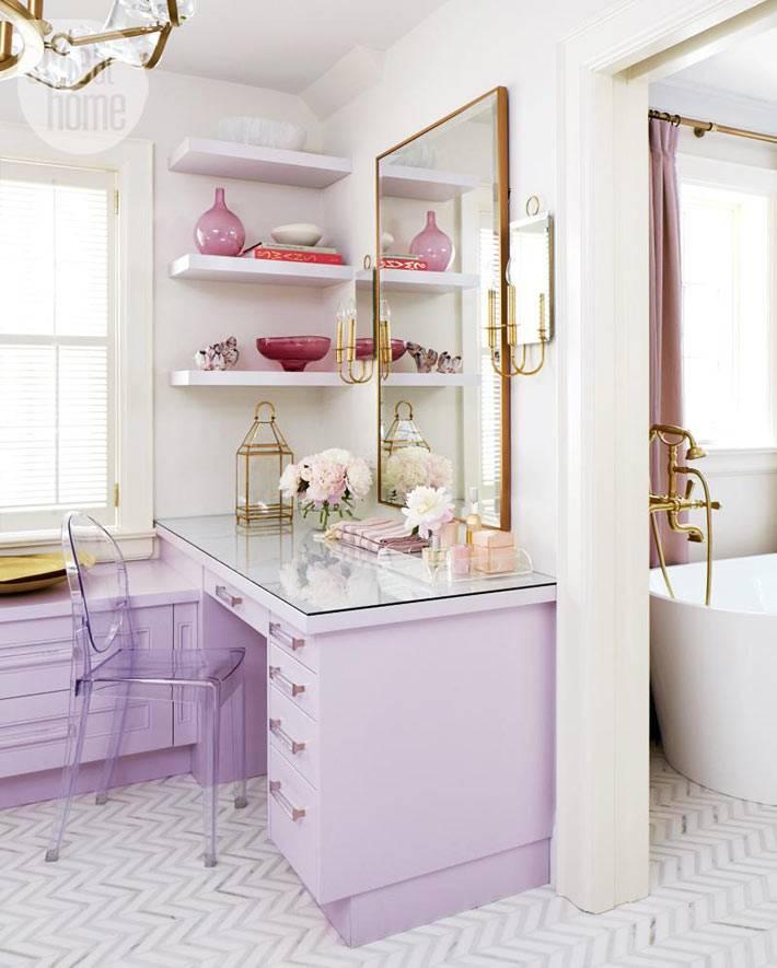 женский туалетный столик лилового цвета в спальне