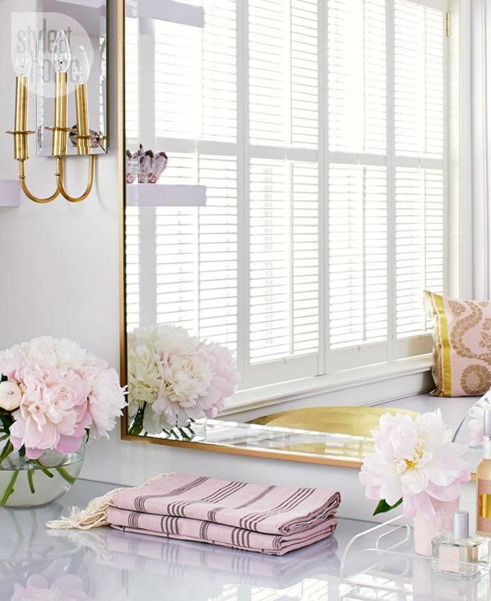 розовый текстиль и розовые пионы в вазе в женской спальне