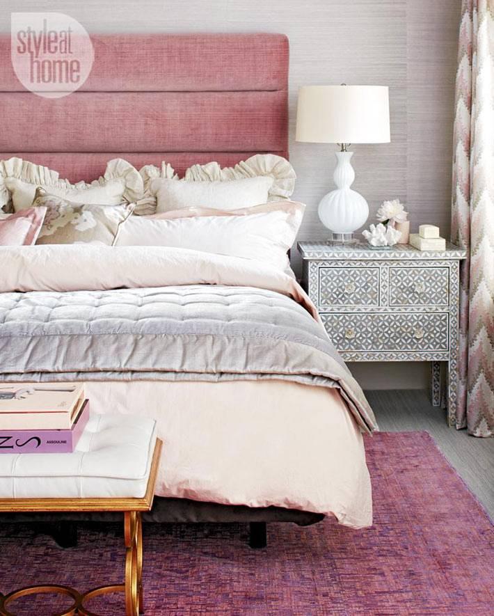 изголовье кровати в одном цвете с ковром на полу спальни