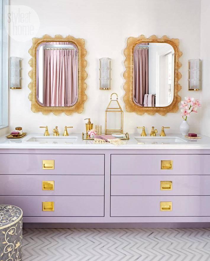 пастельно лиловая мебель в ванной комнате с золотой фурнитурой