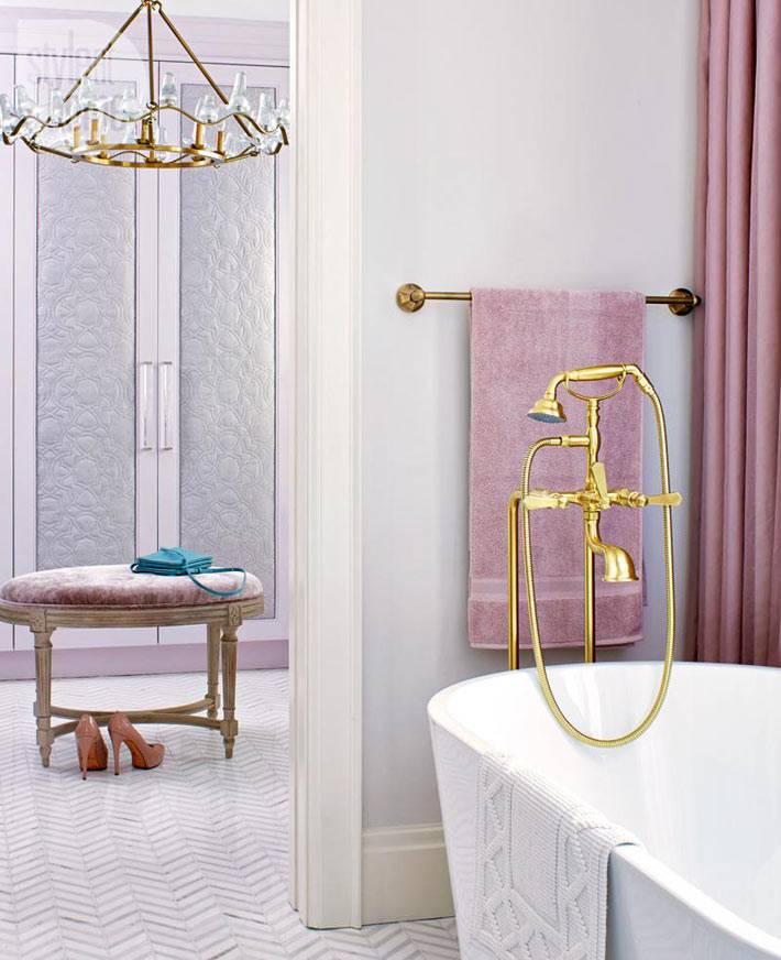 гардеробная соседствует с ванной комнатой в женском будуаре