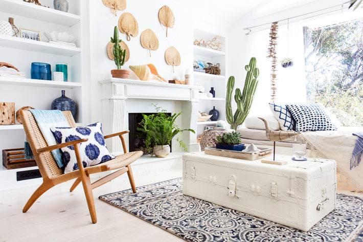 большой белый сундук используется как журнальный стол в доме