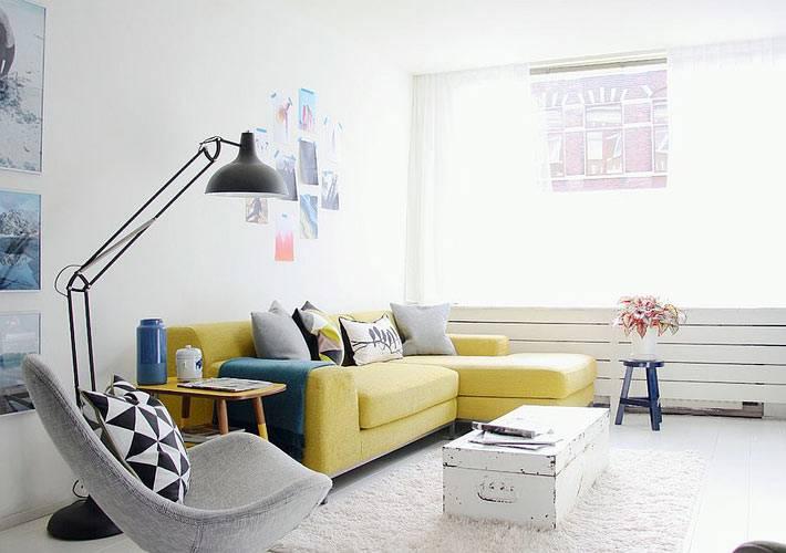 современный дизайн интерьера комнаты с винтажным сундуком