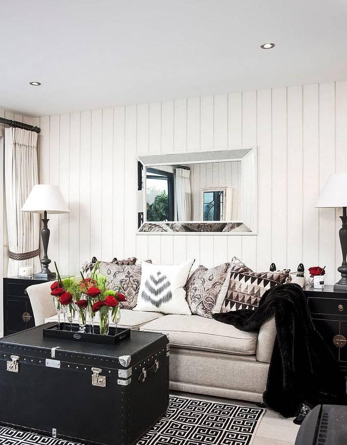 эффектно смотрится черный сундук в комнате с белым дизайном