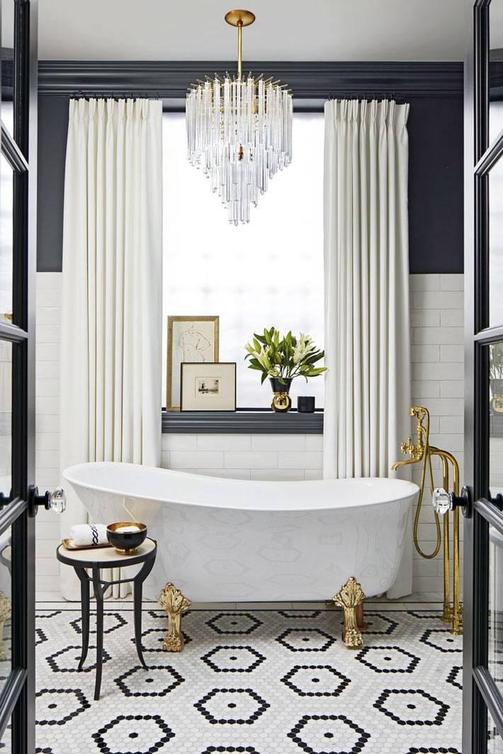 окно с белыми шторами и люстра в ванной комнате фото