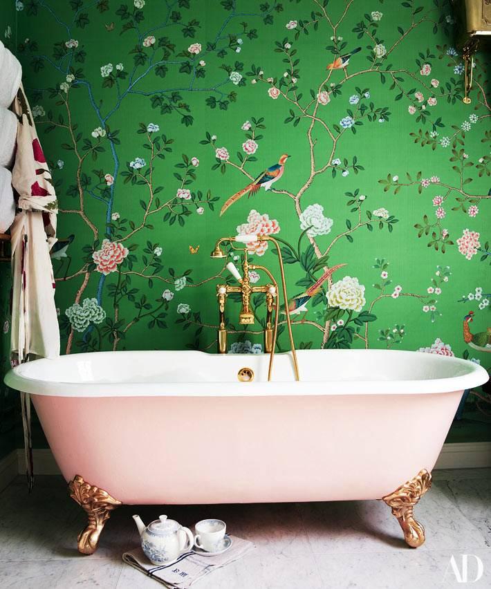 розовая ванна и зеленые обои с росписью фото