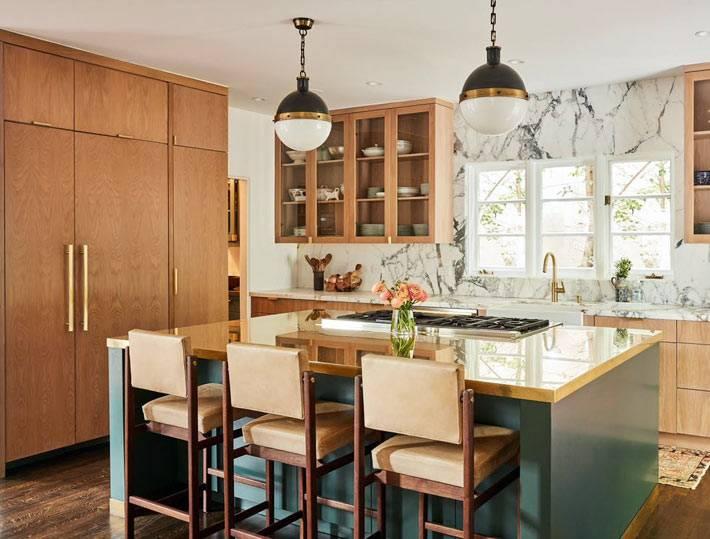 кухня из натуральных материалов и мраморным фартуком