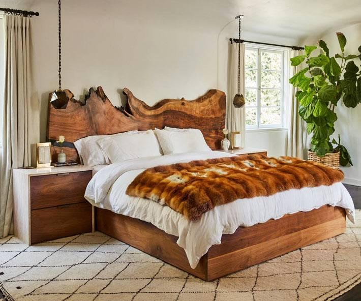 изголовье кровати из необработанного спила дерева фото