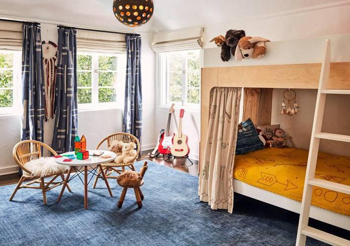 детская комната с двухэтажной кроватью и игровой зоной