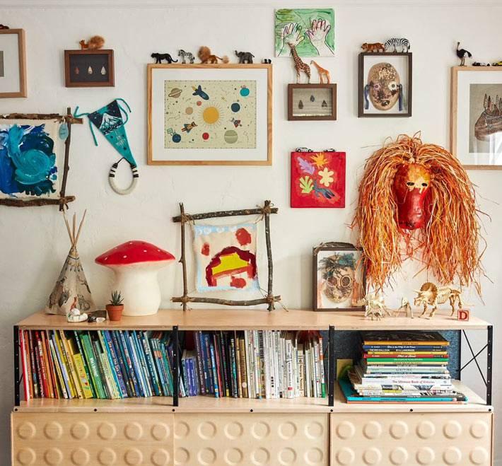 стена с детскими рисунками, подделками в детской спальне