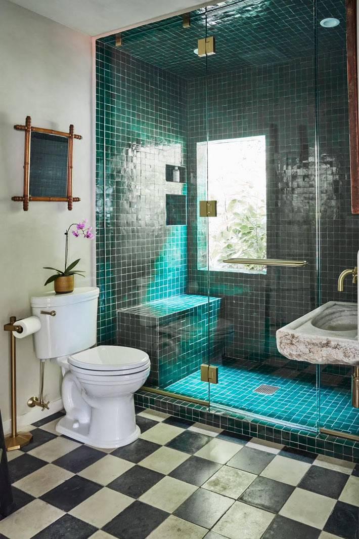винтажная ванная комната с изумрудной плиткой в душевой кабине