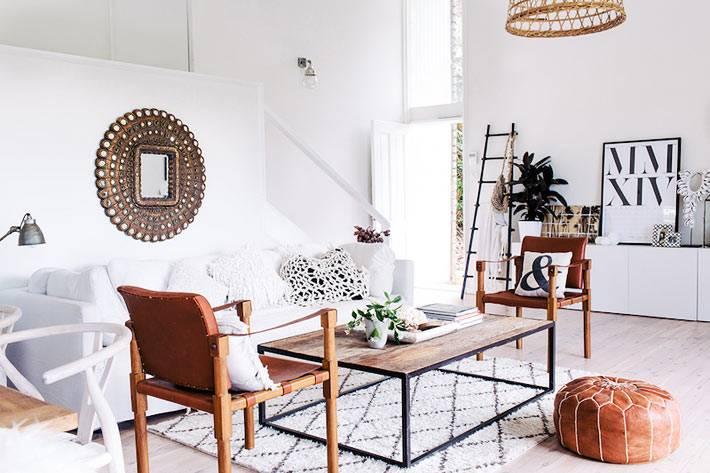 рыжая кожаная мягкая мебель рядом с белым диваном фото