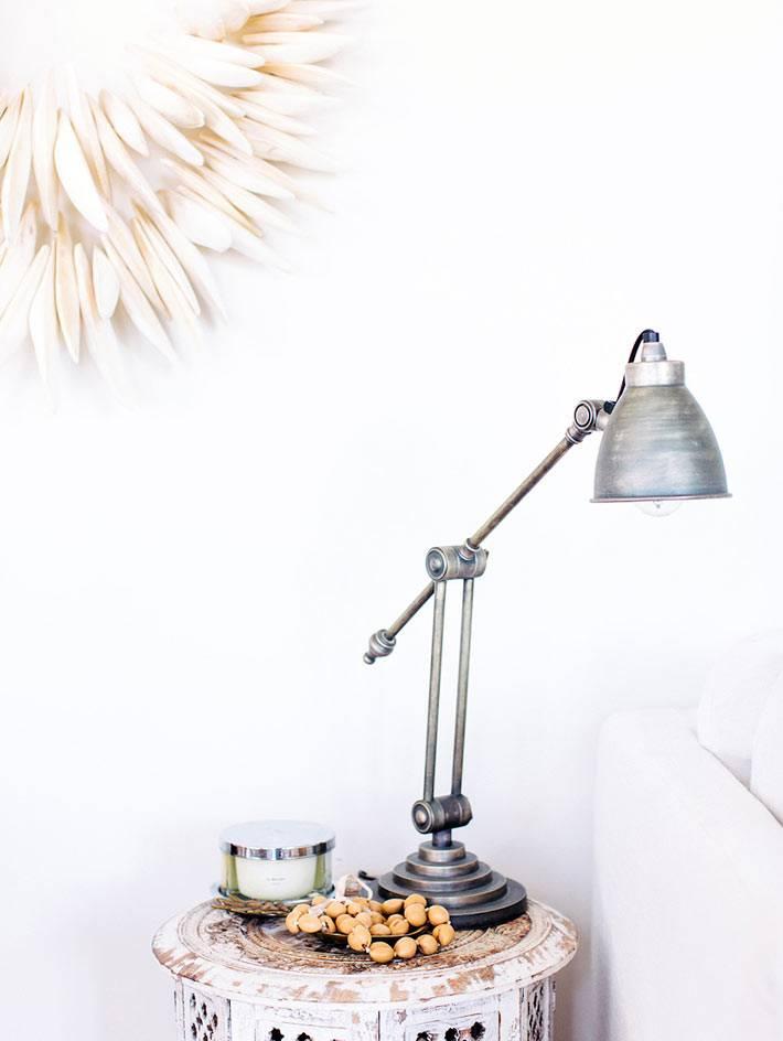 современная настольная лампа на винтажном состаренном столике