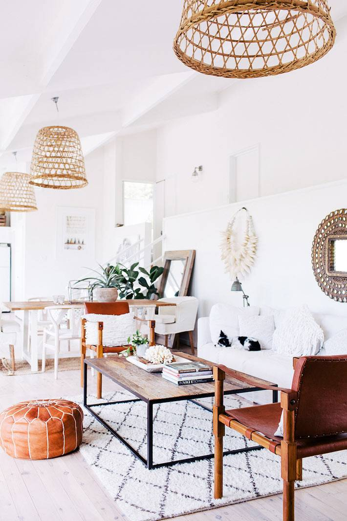 зона отдыха в доме - белый диван и деревянный журнальный столик